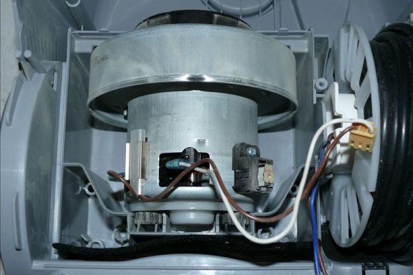 Kobler ledningene til støvsugeren med elektrisk motor
