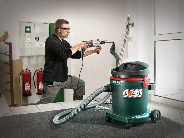 Bruk av støvsuger når du arbeider med en elektrisk borer