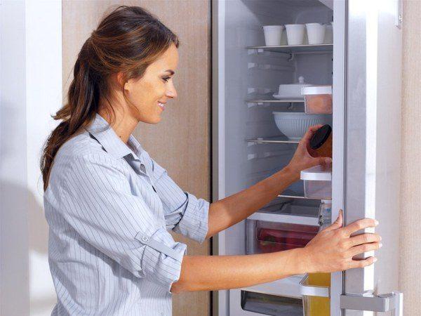 Vérification des aliments dans le réfrigérateur
