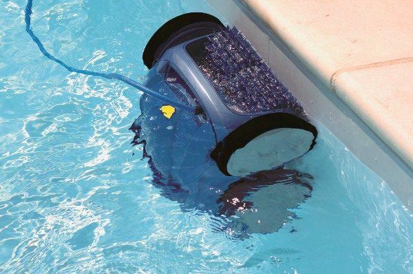 Havuzdaki robot elektrikli süpürge