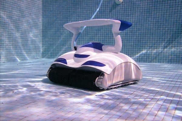 Havuzun altındaki robot elektrikli süpürge