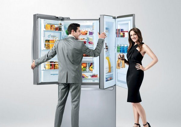 Mann og kvinne står nær kjøleskapet