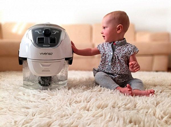 Baby og støvsuger