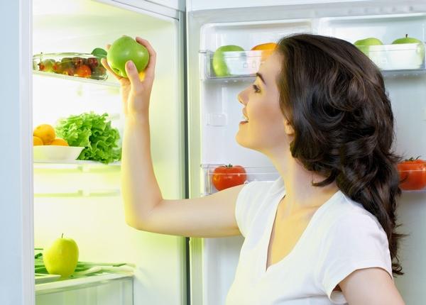 Kız buzdolabında bir elma koyar