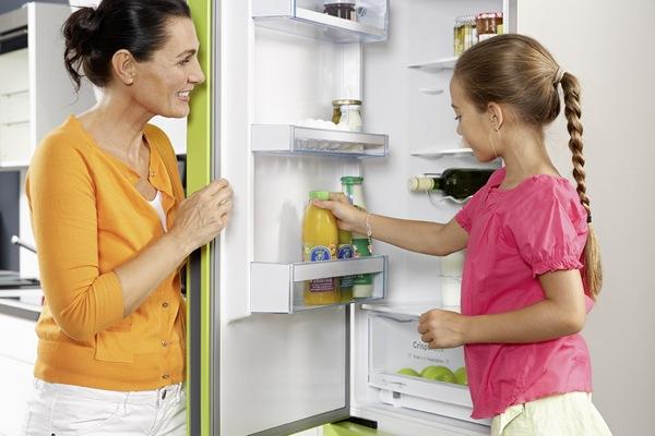 Açık buzdolabında kadın ve çocuk