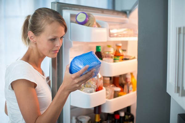 Vérification de la durée de conservation du produit dans le réfrigérateur