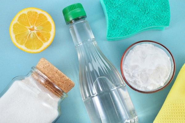 Soda, vinaigre, citron et éponge pour laver le réfrigérateur