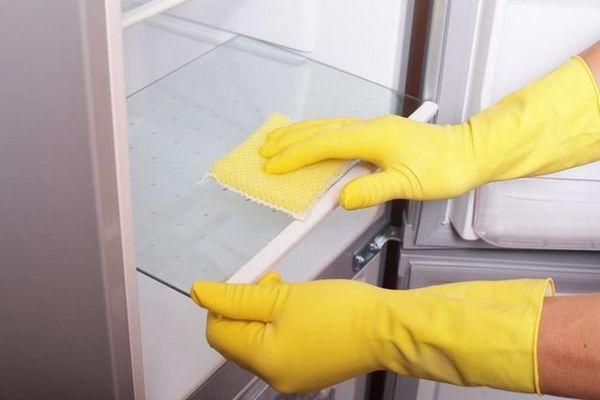 Essuyer le réfrigérateur avec un chiffon