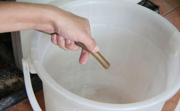 Buzdolabındaki sıvıyı tahliye etmek için boru
