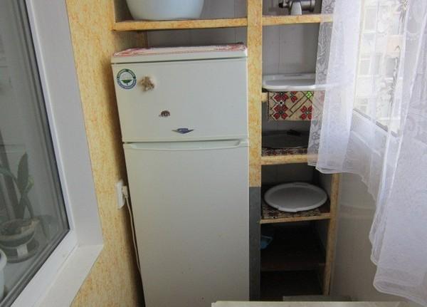 Réfrigérateur sur la loggia