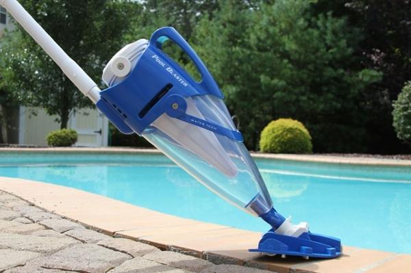 진공 청소기로 수영장 청소하기