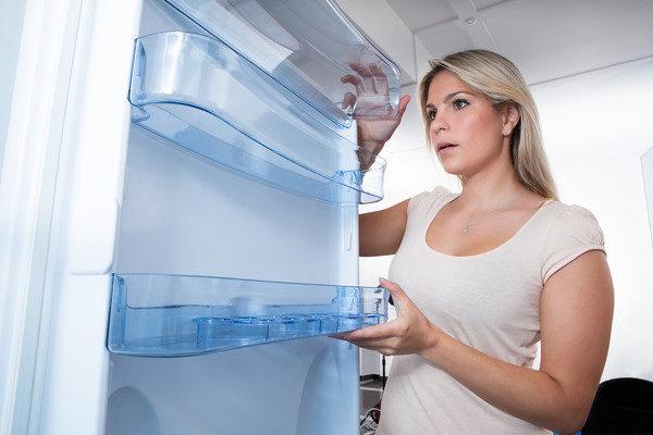 Étagères sur la porte du réfrigérateur