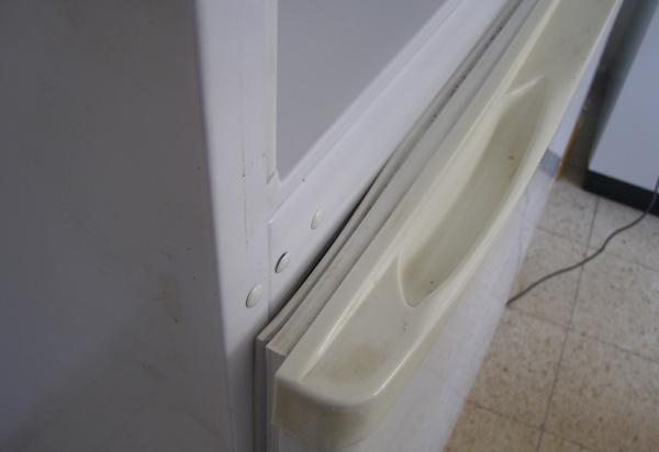Gomme d'étanchéité sur la porte du réfrigérateur