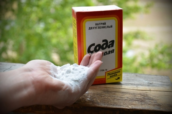 Éliminer l'odeur dans le réfrigérateur en utilisant du bicarbonate de soude