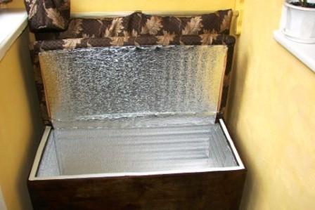 Réfrigérateur converti sous le canapé
