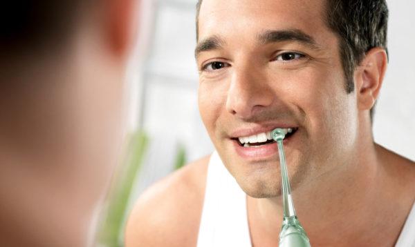 Ağzı irrigator ile temizleme