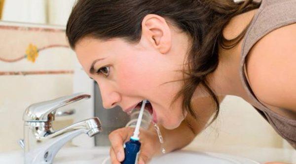 La procédure de nettoyage de la bouche avec irrigator