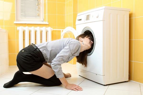 Fille avec une machine à laver