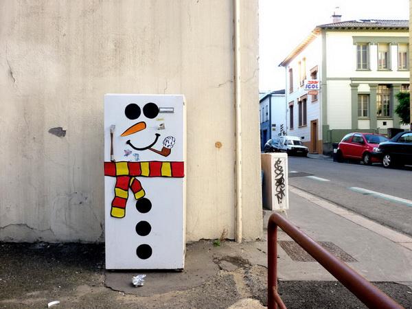 Réfrigérateur dans la rue