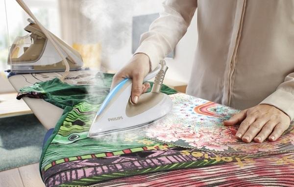 Sous-vêtements colorés sur la planche à repasser