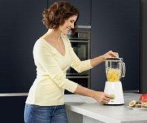 Fata în bucătărie cu un blender