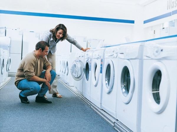 Dükkanda çamaşır makineleri