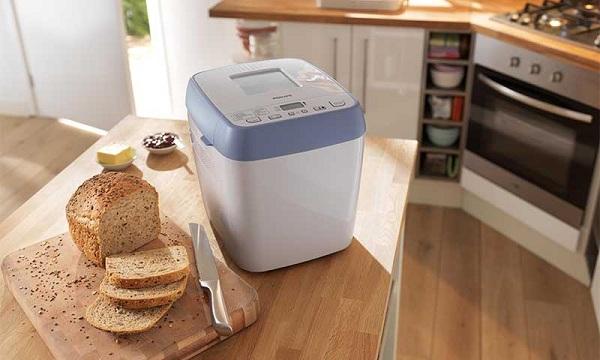 Pain et machine à pain sur la table