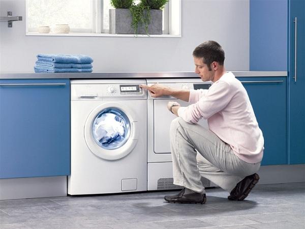 Mann og vaskemaskin