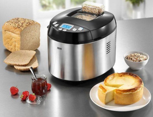 Mutfakta ekmek üreticisi