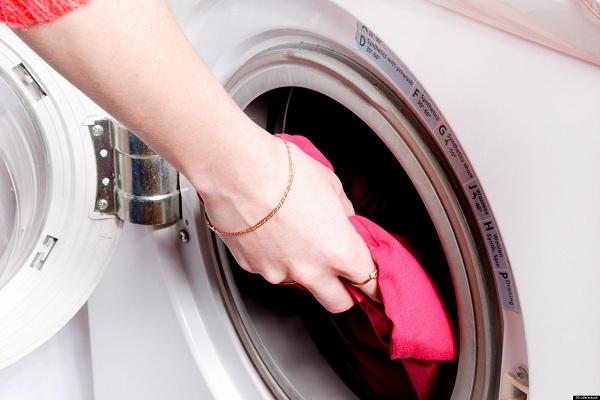 Açık kapaklı beyaz çamaşır makinesi