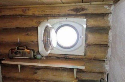 Ahşap çerçeveli bir pencere