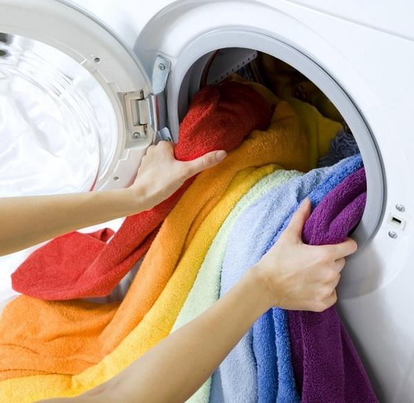 Machine à laver avec lessive de couleur