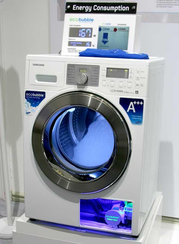 Beyaz çamaşır makinesi