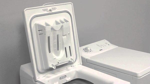 Bac à poudre dans la machine à laver avec une charge verticale