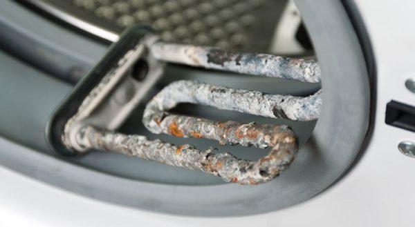 Écume sur les éléments chauffants de la machine à laver