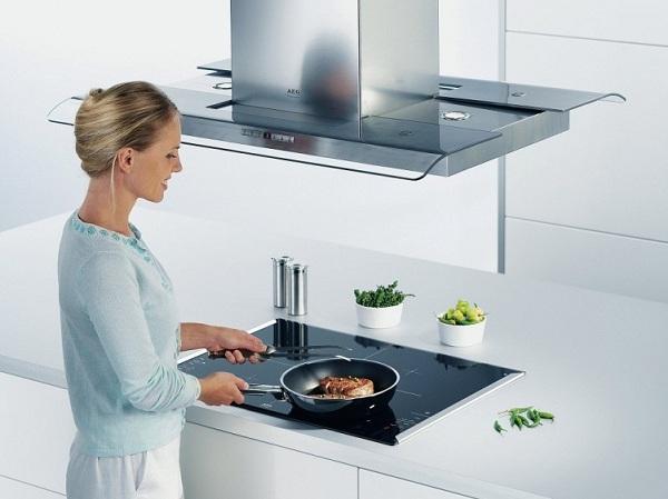 Kız mutfakta