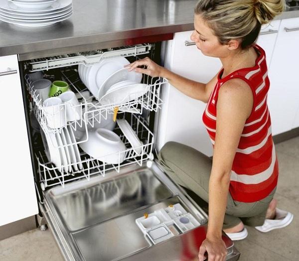 Lave-vaisselle avec vaisselle