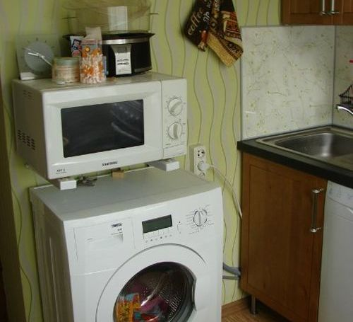 Çamaşır makinesinin üstünde mikrodalga fırın