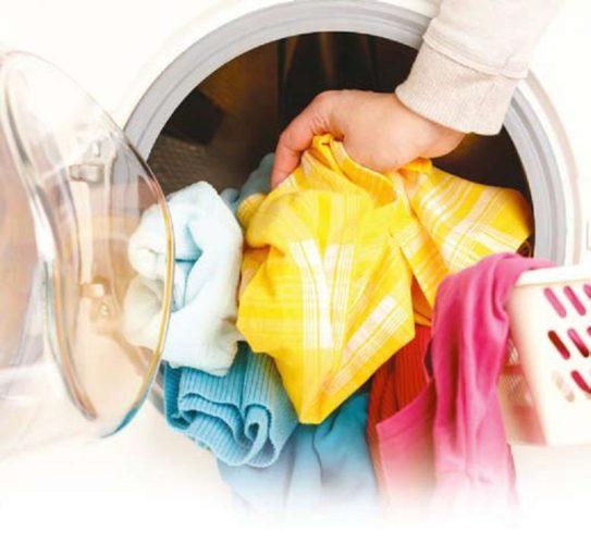 Chargement du linge à l'avant de la machine à laver