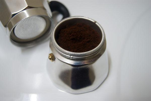 Café dans une cafetière à geyser