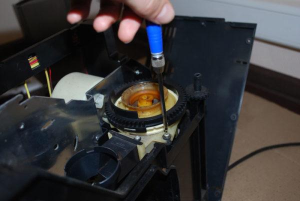 Kahve makinesi filtresinin temizlenmesi