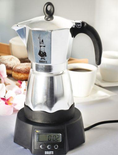 Güç kaynağı ile Geysernaya kahve makinesi