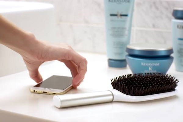 Brosse à cheveux et smartphone