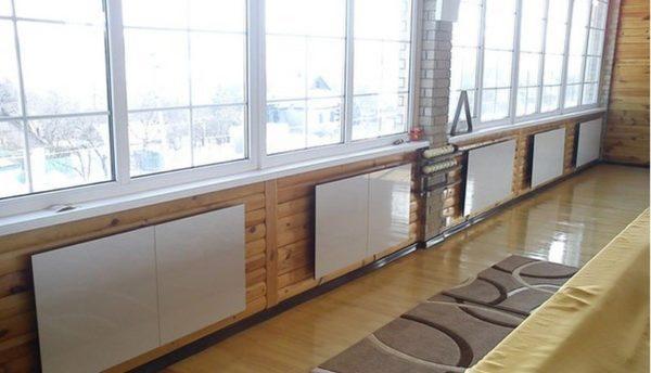 Chauffage en céramique installé sous les fenêtres