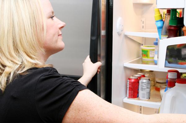 Fille et réfrigérateur ouvert