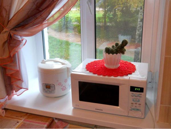 Micro-ondes sur le rebord de la fenêtre