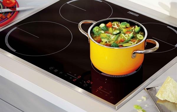 Saucepan på komfyren