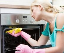 The girl washes the oven