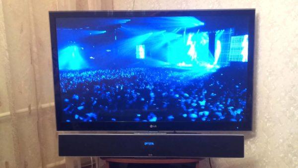 3D-lydbjælke under tv'et