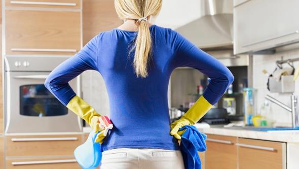 Mutfakta deterjanlar ile kız